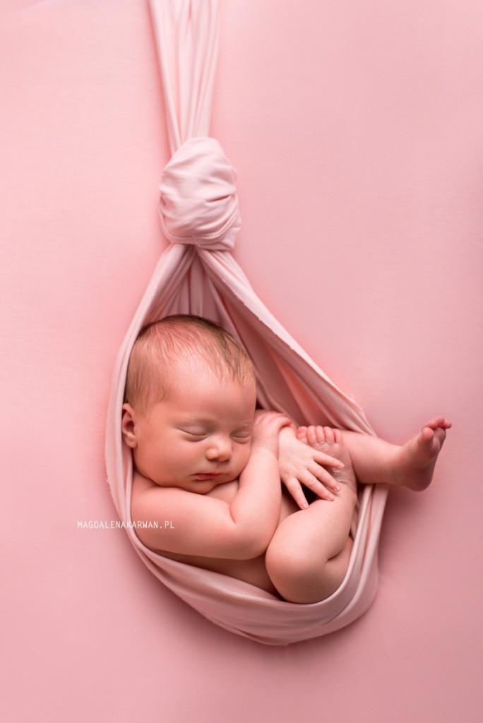 sesja noworodkowa, bezpieczny noworodek na sesji, fotografia noworodkowa